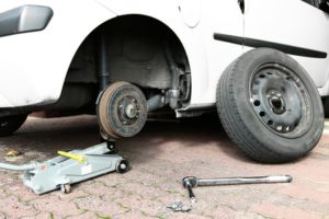 Abgefahrene Reifen sollten Sie fachgerecht entsorgen, ansonsten droht ein Bußgeld.
