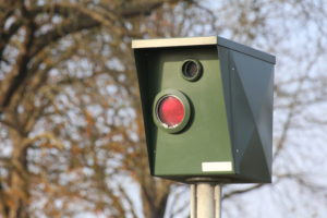 Beim dokumentierten Rotlichtverstoß durch einen Ampelblitzer droht eine Strafe.