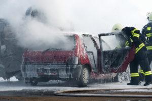 Ein Autounfall kann beispielsweise durch ein zu hohes Tempo verursacht werden.