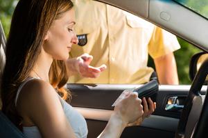 Es droht normalerweise kein Bußgeld, wenn der Führerschein vergessen wurde, sondern lediglich ein Verwarnungsgeld von 10 Euro.