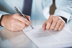 Beim Bußgeldbescheid ist der Einspruch schriftlich bei der Behörde einzulegen.