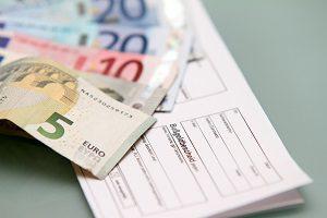 Ein Bußgeldbescheid ist mit Gebühren u. a. für die Verwaltung verbunden.