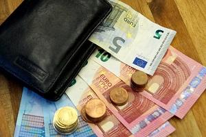 Zusätzlich zum Bußgeld sind bei einem Bußgeldbescheid auch Gebühren und Auslagen zu bezahlen.