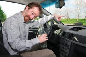 Ein Bußgeldbescheid mit Fahrverbot kann beispielsweise drohen, wenn Sie mit Alkohol am Steuer gefahren sind.
