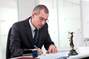 Bußgeldbescheid wegen nicht angenommener Verwarnung: Beim Einspruch kann ein Anwalt helfen.