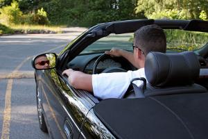 Beim Fahren trotz Fahrverbot handelt es sich um eine Straftat.