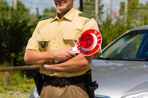 Führerschein vergessen: Bei einer Polizeikontrolle ohne Fahrberechtigung erwischt zu werden, hat Konsequenzen.