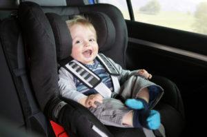 Die Gurtpflicht gilt auch für Kinder im entsprechenden Kindersitz.