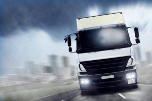 Die Höchstgeschwindigkeit für LKW auf der Autobahn ist 80 km/h.