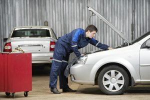 Im Rahmen der HU findet eine Untersuchung am Fahrzeug statt.