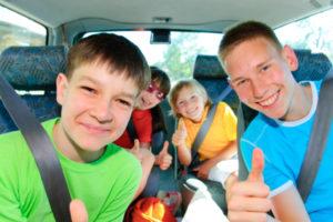 Ab 12 Jahren dürfen Kinder auf dem Beifahrersitz auch ohne Kindersitz Platz nehmen.