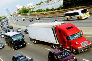 Für LKW gilt ein Überholverbot meist auf zweispurigen Straßen und in Baustellen.
