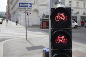 Die rote Ampel zu überfahren in unter 1 Sekunde zählt, als einfacher Rotlichtverstoß.