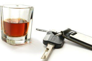 Die Strafe bei Alkohol am Steuer kann u.a. ein Fahrerlaubnisentzug sein.