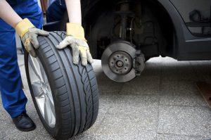 Beim TÜV für das Auto müssen auch die Reifen inspiziert werden.
