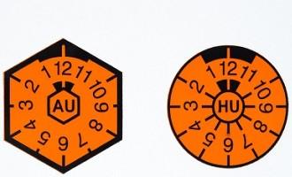 Als TÜV-Plakette gilt nur noch die rechte. Eine AU-Plakette gibt es nicht mehr gesondert.