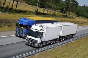 Wer das Überholverbot für LKW nicht beachtet, muss mit einer Strafe rechnen.
