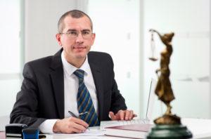 Die Wiedereinsetzung in den vorigen Stand kann vom Anwalt beantragt werden.