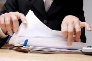 Wann Sie vom Zeugnisverweigerungsrecht Gebrauch machen können, lesen Sie in diesem Ratgeber.
